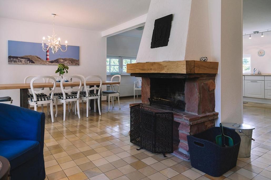 Ferienhaus Möwe Jonathan - Essbereich mit Kamin