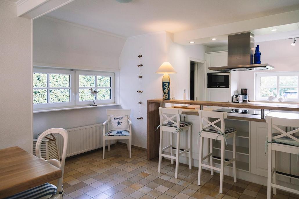 Ferienhaus Möwe Jonathan - Küche mit Essbereich